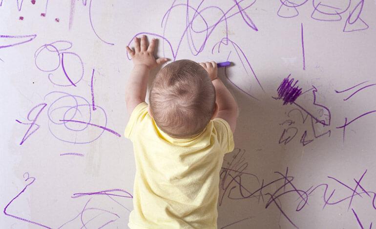 baby draws walls